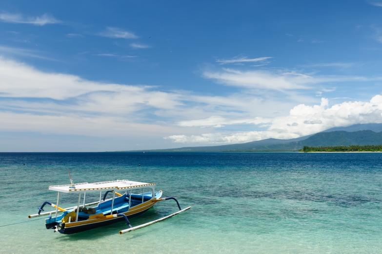 Небольшой катер на побережье Ломбока