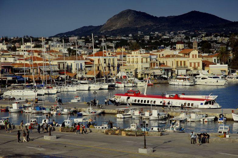Городок Aegina недалеко от порта Пирей