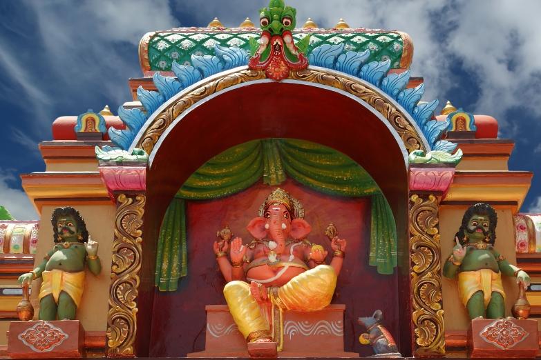 Статуя Ганеши на фасаде храма