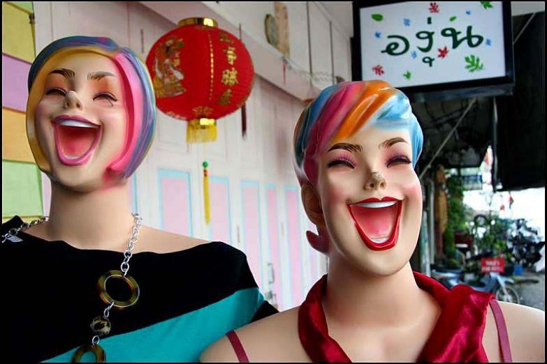 Тайские манекены тоже улыбаются