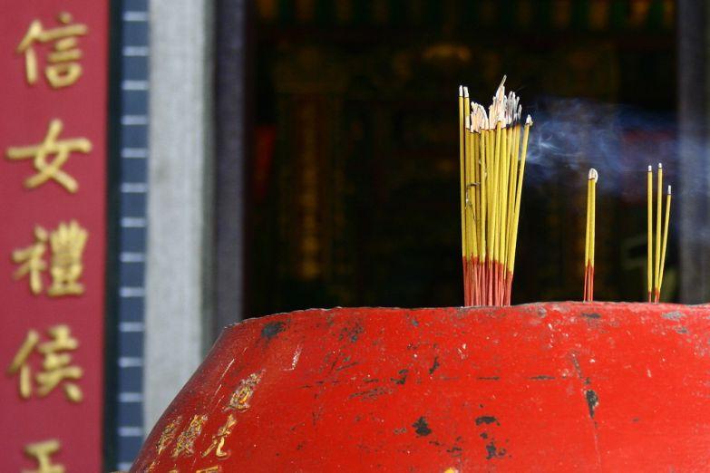 Горящие благовония в буддийском храме