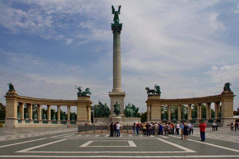 Туристы на Площади Героев
