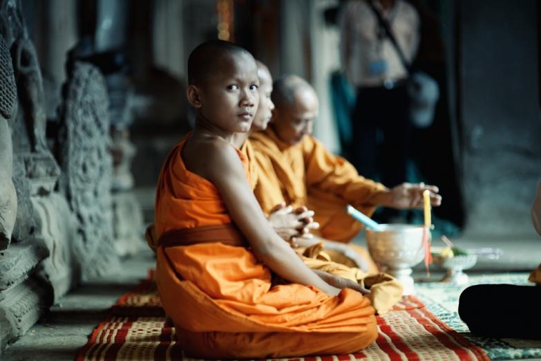 Молящиеся монахи