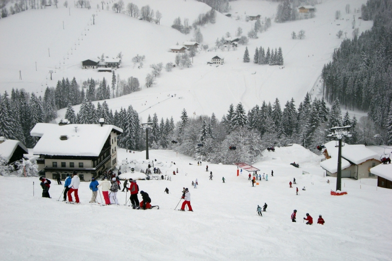 Лыжники на горном спуске