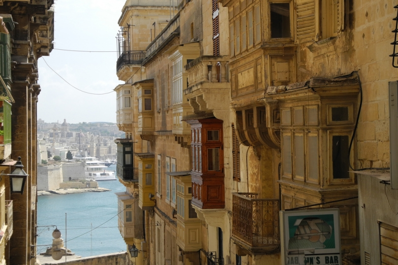Вид на Великую гавань с одной из городских улиц