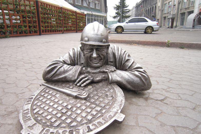 Памятник слесарю в Омске