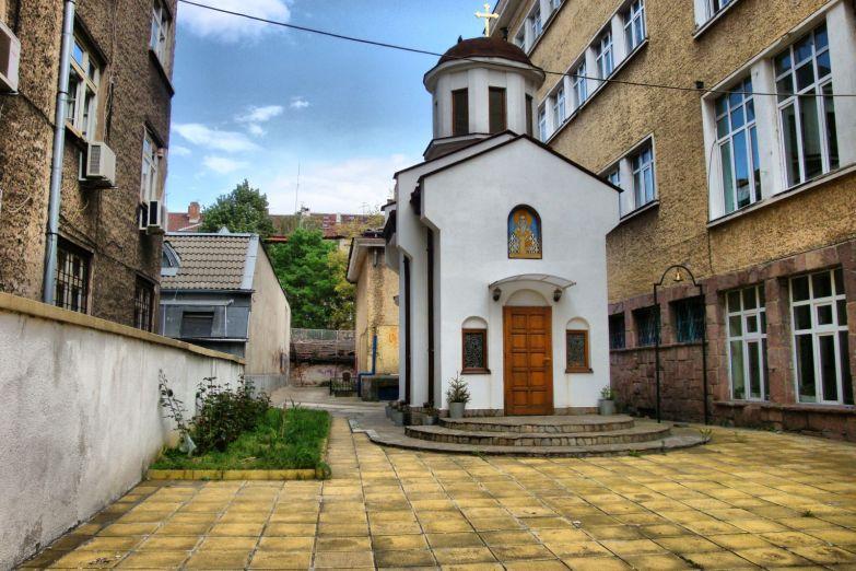 Церковь в городском дворе