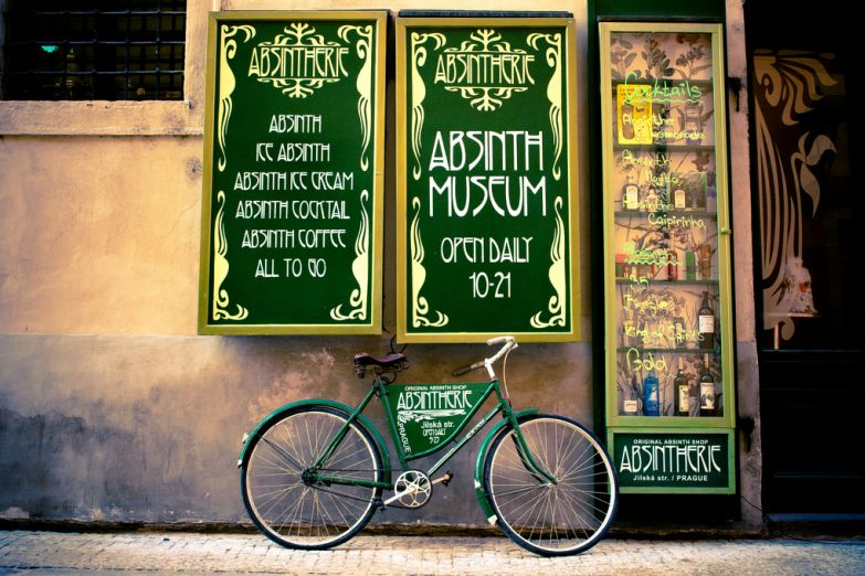 Велосипед возле кафе
