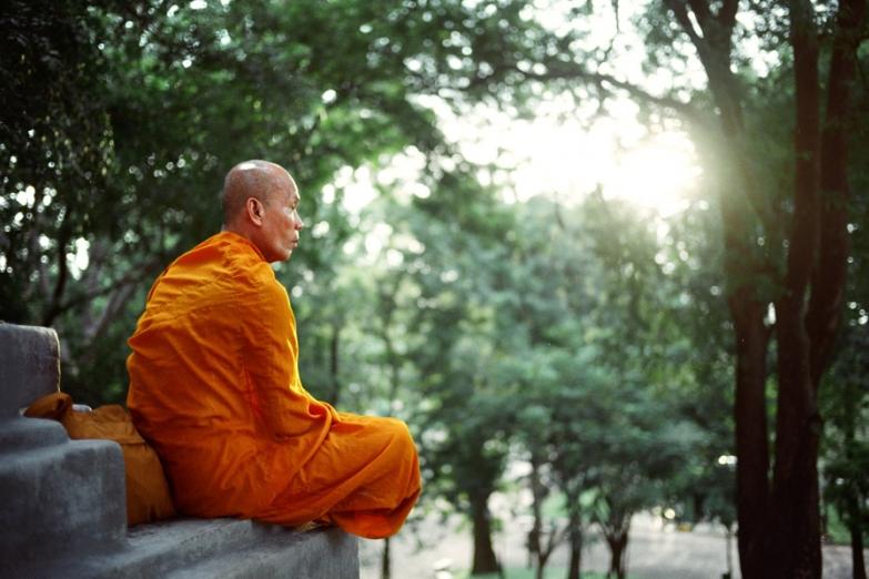 Монах у входа в храм