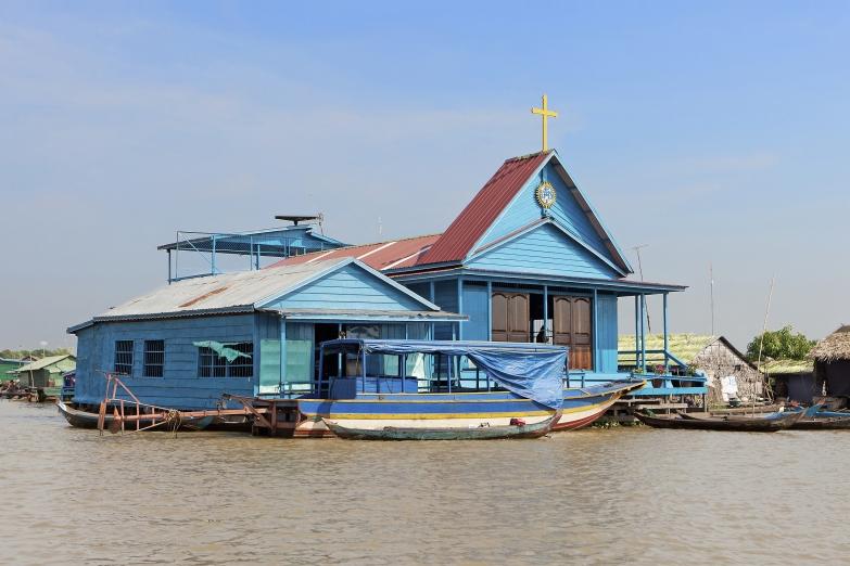Христианский храм в плавучей деревне