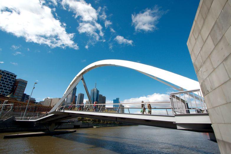 Пешеходный мост в центре Мельбурна