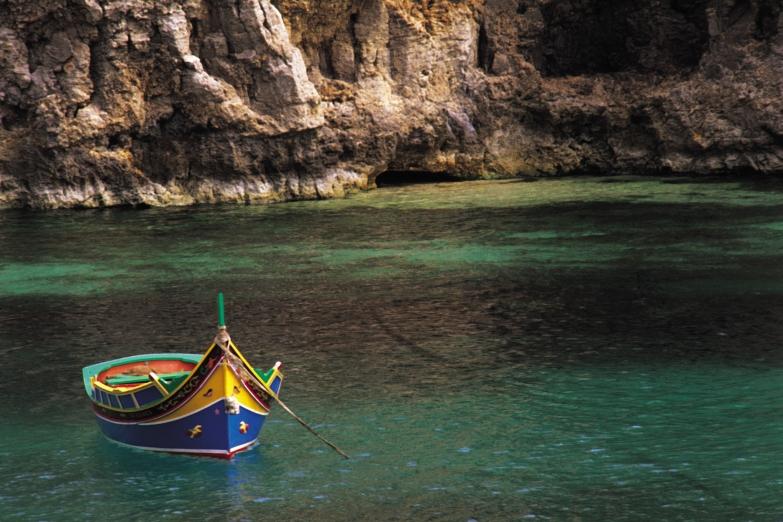 Одинокая рыбацкая лодка