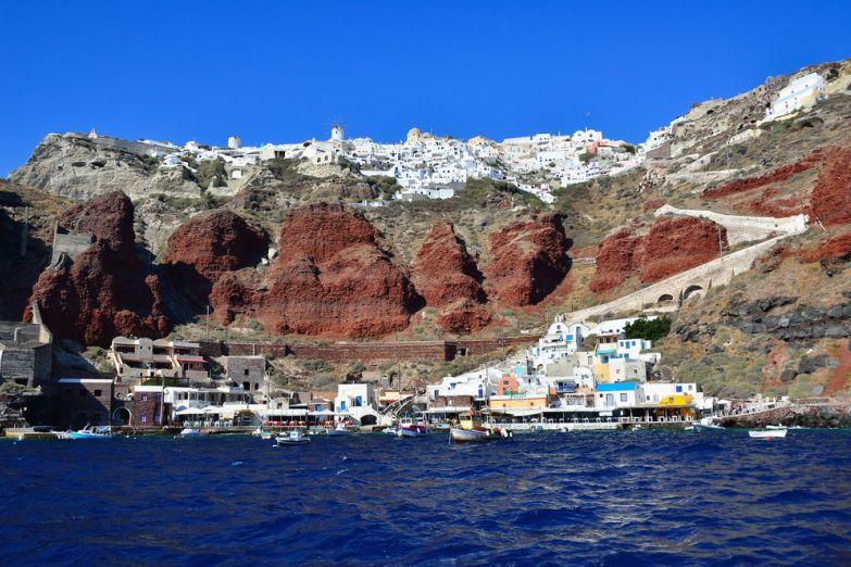 Морской порт возле города Фира