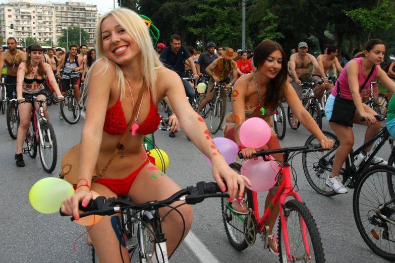 Велопробег в купальниках