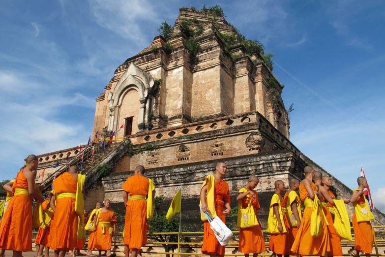Монахи у храма Королевской Ступы