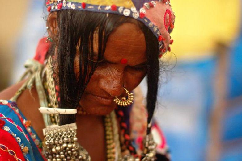 Индианка в национальных украшениях на пляже Анджуна