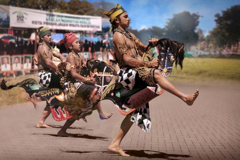 Лошадиный танец Kudalumping на Яве