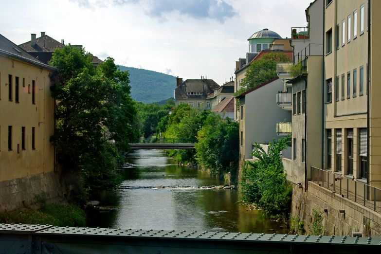 Река через город