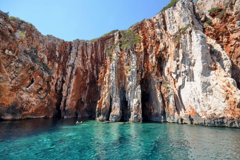 Красные скалы на острове Хвар