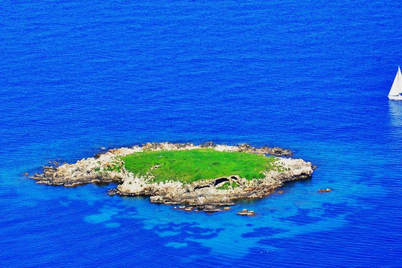 Маленький островок, Акамас