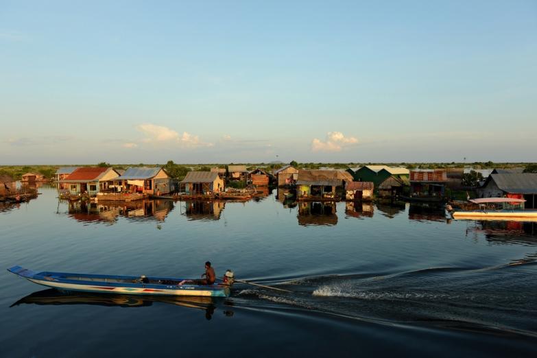 Деревня на сваях на реке Меконг