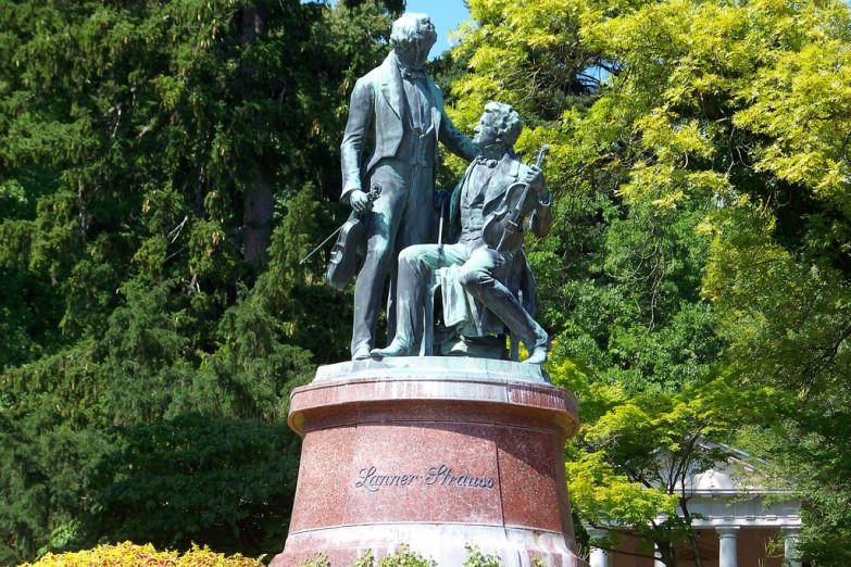 Памятник Ланнеру и Штраусу