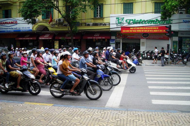 Мотоциклисты на светофоре в час пик