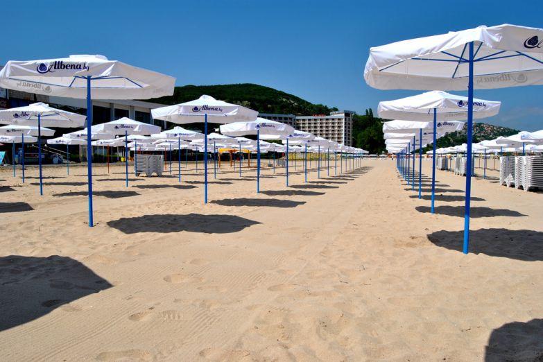 Пляжные зонтики в Албене