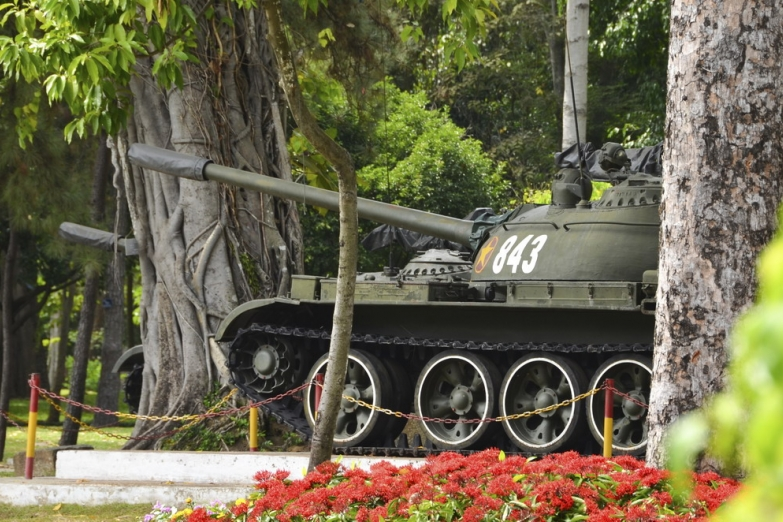 Танк возле Дворца Воссоединения