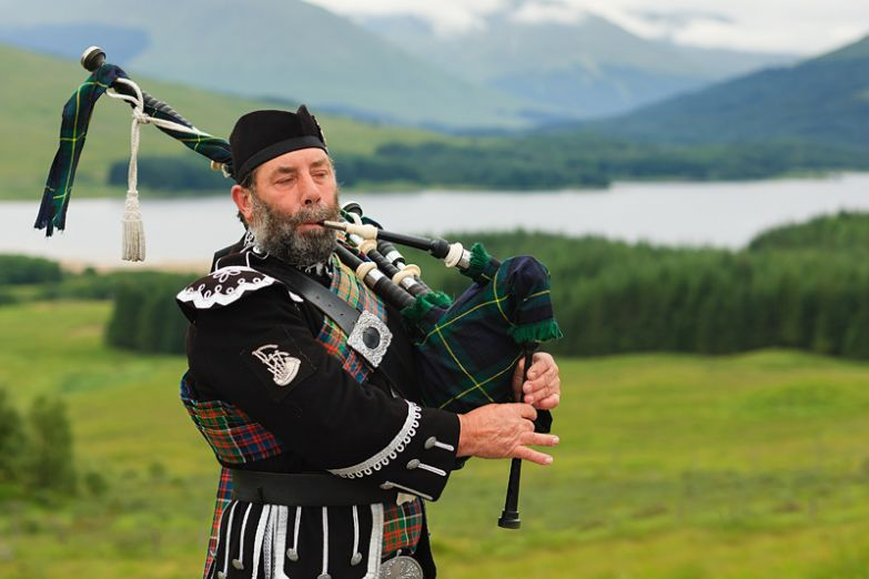 Шотландский горец, играющий на волынке