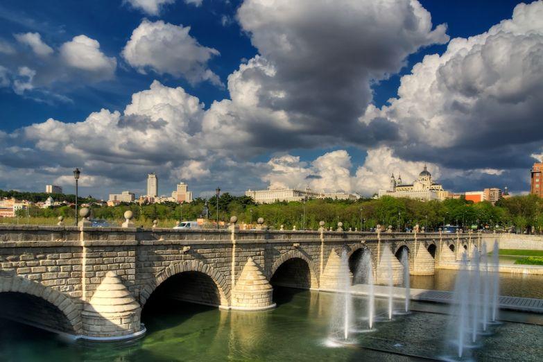 Вид с моста на собор Альмудены