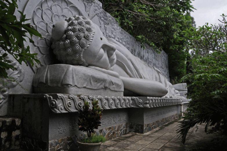 Статуя лежащего Будды у пагоды Лонгсон