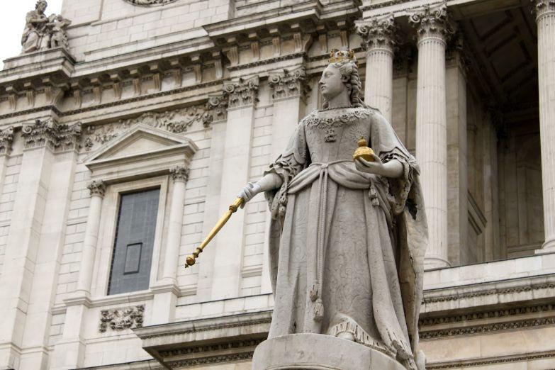 Статуя королевы Виктории                              перед собором Святого Павла в Лондоне