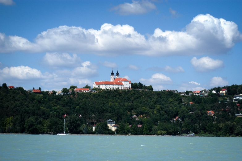 Вид с озера на аббатство Тихань