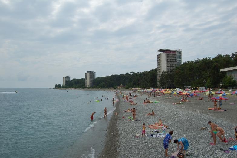 Общественный пляж в Пицунде