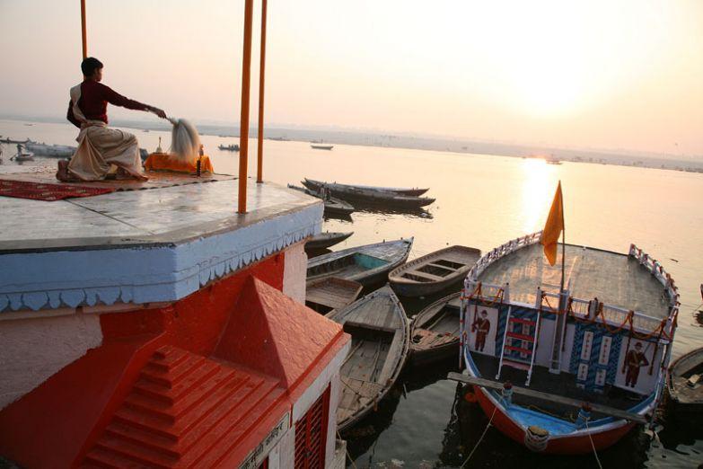 Утренняя медитация на берегу Ганги