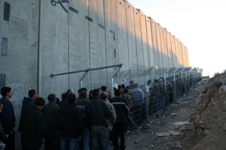 Очередь палестинцев на КПП