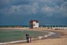 Отец с сыном на пляже в Нетании