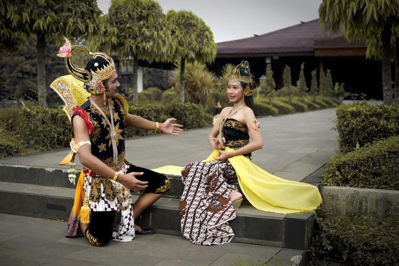 Актеры в старинных индонезийских одеждах
