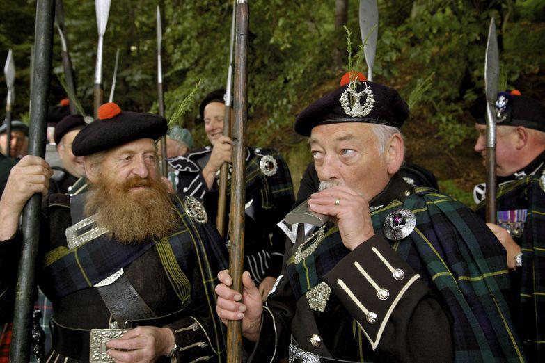 Потомки шотландских горцев в национальных костюмах