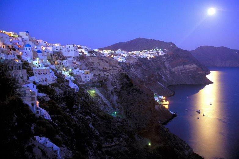 Луна над городом Фира