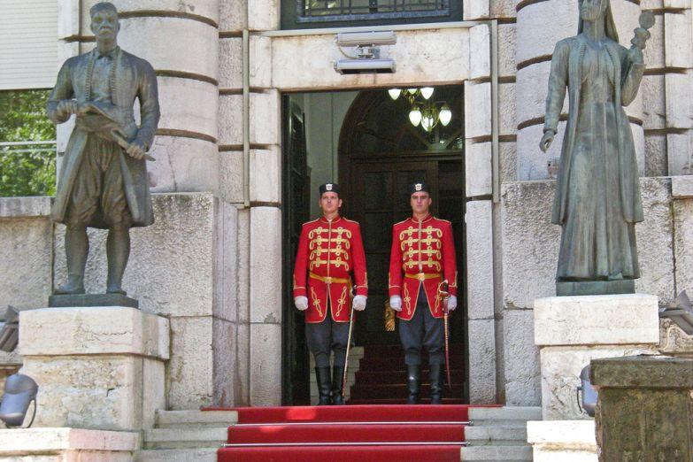 У входа в Президентский дворец