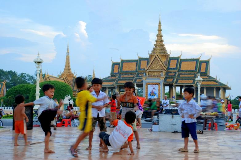 Играющие дети на улице города