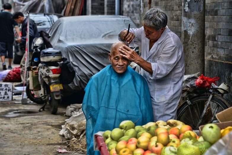 Уличный парикмахер в Пекине