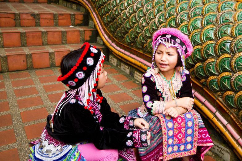 Девочки в традиционных нарядах горцев