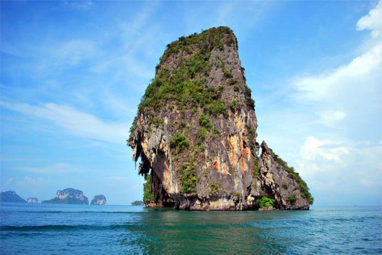 Карстовая скала перед пляжем Ао Нанг