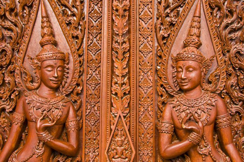 Резная панель из тика в буддистском храме