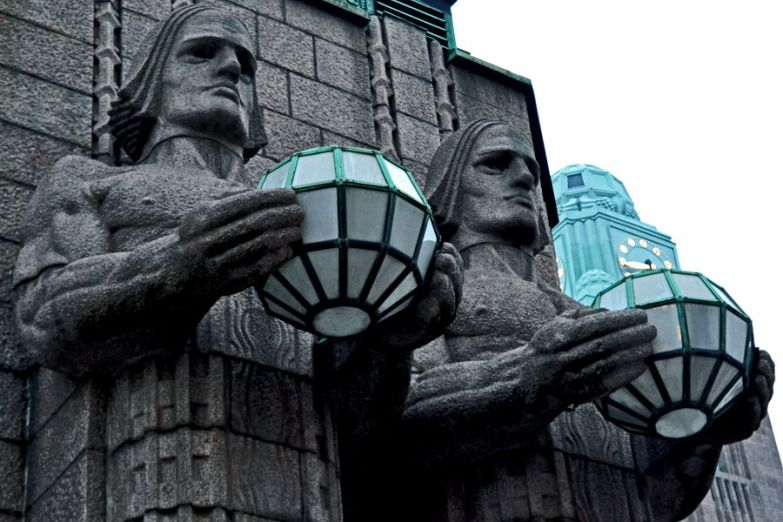 Статуи у входа в Центральный вокзал Хельсинки