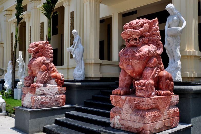 Мифические львы охраняют будистский храм