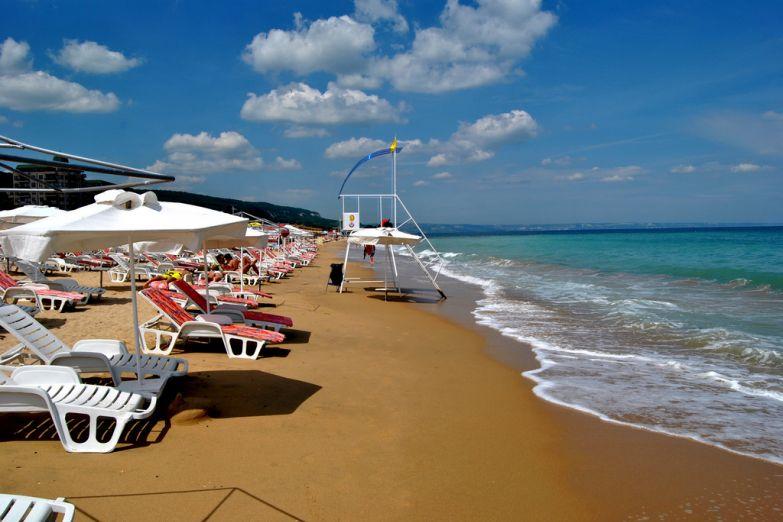 Песочный пляж Золотых песков